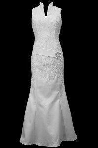 Klasyczna suknia ślubna syrenka / rybka z dekoltem w wąski szpic i koronkowymi aplikacjami.