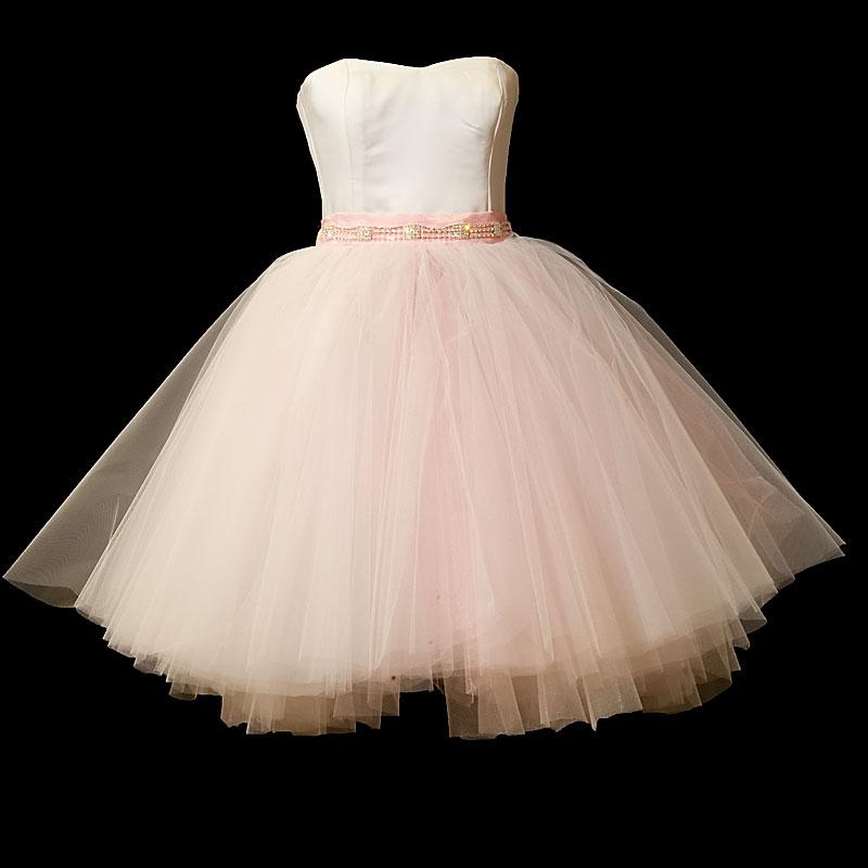 Krótka sukienka ślubna typu baletnica z szeroką tiulową różową spódnicą i dekoltem w serduszko.