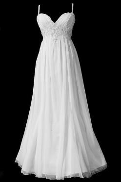 Długa suknia ślubna typu greczynka zbliżona do rybki, z dekoltem w szpic, koronkowymi aplikacjami i gołymi plecami przykrytymi przezroczystą koronką.