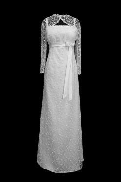 Długa suknia ślubna z odcinanym gorsetem na ramiączkach. Sukienka posiada koronkowe rękawki w stylu vintage oraz pasek z kokardą.