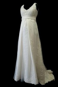 Suknia ślubna ciążowa retro z oryginalną spódnicą, koronkowymi dodatkami, portfelowym dekoltem w szpic oraz upinanym trenem.