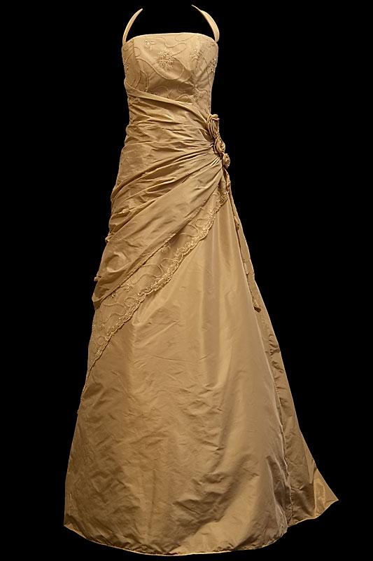 Suknia do ślubu cywilnego z marszczeniami i ręcznie robioną różą.