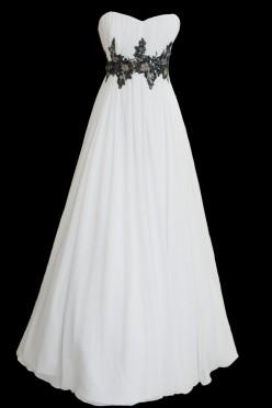 Długa suknia ślubna, odcinana w pasie z prostym dekoltem. Pas sukienki zdobiony ręcznie wycinanym czarnym haftem.