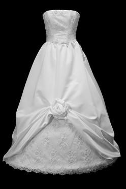 Koronkowa suknia ślubna princessa z koronkowym gorsetem i marszczonym dołem.