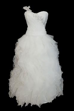 Długa suknia princeska z tiulowym dołem, portfelowym dekoltem w serduszko i zdobiona kamieniami.
