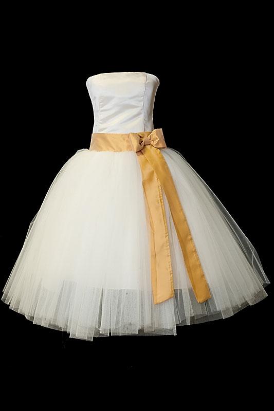Krótka suknia na ślub typu princeska z szeroką tiulową spódnicą i złotym pasem i kokardą.