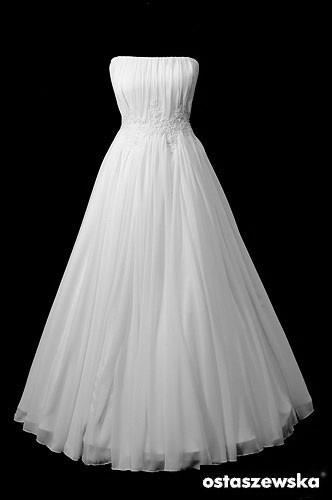 Śliczna długa suknia ślubna z koła typu greczynka z marszczeniami i koronkowym pasem.