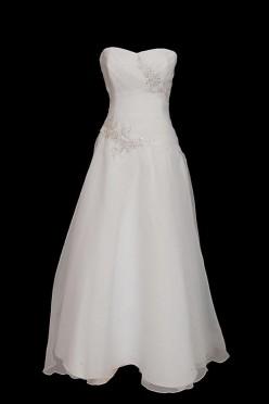 Długa klasyczna suknia ślubna z marszczeniami i zakładkami o kroju w literę A z portfelowym dekoltem w serduszko i zakrytymi plecami.