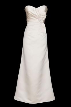 Długa suknia ślubna na gorsecie wiązanym na plecach w stylu retro, dekoltem w serduszko i paskiem z kokardą zdobioną kamieniami.