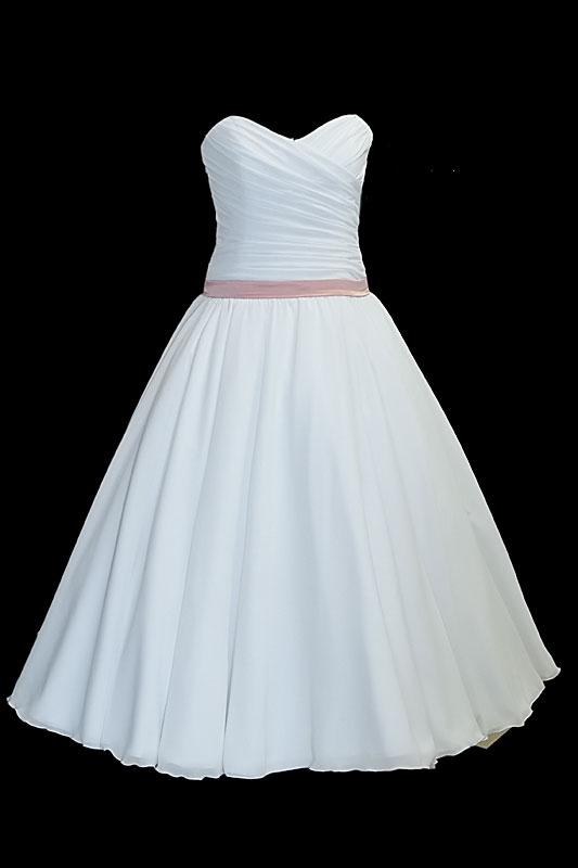 Prosta krótka suknia ślubna z zakładkami, dekoltem w serduszko, spódnicą z koła i cienkim różowym paskiem.