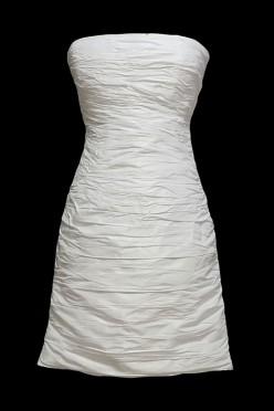Krótka marszczona sukienka ślubna wiązana na plecach.