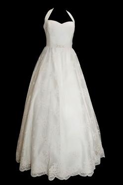 Koronkowa długa suknia ślubna princeska z koronkowym gorsetem na ramiączkach z dekoltem w serduszko i odpinanym trenem.