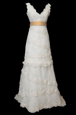 Dwuczęściowa koronkowa suknia ślubna z dekoltem w szpic, złotym paskiem i gołymi plecami w literę V.
