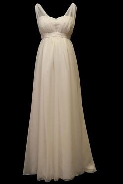 Długa suknia ślubna dla kobiet w ciąży z dekoltem w serduszko, koronkowym gorsetem na ramiączkach i upinanym trenem.