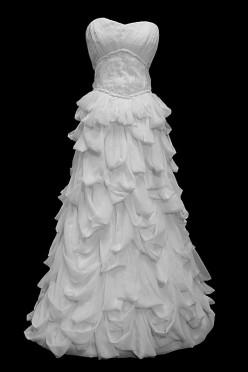 Przepiękna długa suknia ślubna z marszczeniami i oryginalną spódnicą o kroju w literę A, na gorsecie z dekoltem w serduszko.
