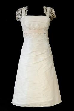 Krótka koronkowa sukienka ślubna o fasonie w literę A, z cienkim różowym paskiem i krótkimi rękawkami.