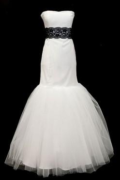 Suknia ślubna typu syrenka / rybka z czarnym koronkowym pasem i rozkloszowanym tiulowym dołem.