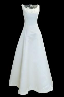 Skromna suknia ślubna z dekoltem w łódkę przykrytym koronką oraz kolorowym paskiem. Sukienka na ramiączkach, bez trenu i z zakrytymi plecami.