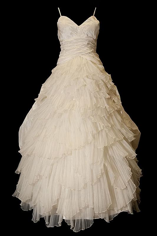 Suknia ślubna dwuczęściowa w stylu hiszpańskim z bogatymi marszczeniami, portfelowym dekoltem w szpic, gołymi plecami i odpinanym trenem.