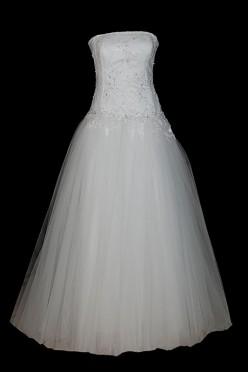 Długa suknia ślubna princeska z tiulowym dołem, bez zakładek i bez trenu z koronkowym gorsetem, halką i zakrytymi plecami.