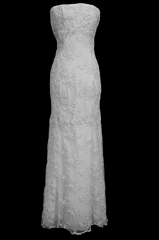 Długa suknia ślubna z koronkami w stylu retro. Sukienka na gorsecie z prostym dekoltem i upinanym trenem.