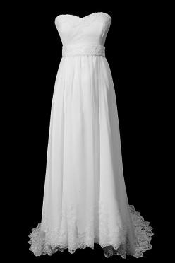 Długa suknia ślubna z gorsetem obszytym koronkami, dekoltem w serduszko i upinanym trenem.