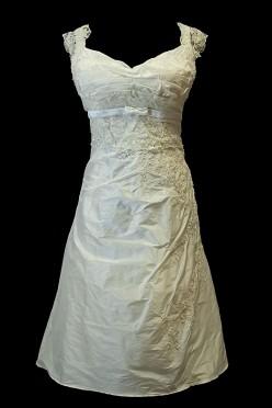 Marszczona krótka sukienka ślubna z koronkami, dekoltem w serduszko i cienkim paskiem.