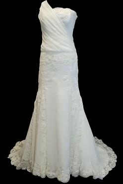 Długa koronkowa suknia ślubna syrena / rybka z dekoltem asymetrycznym z upinanym trenem i zakrytymi plecami.