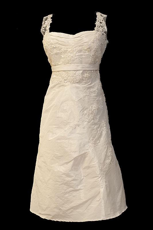 Krótka koronkowa sukienka ślubna z dekoltem prostym i koronkowymi plecami.
