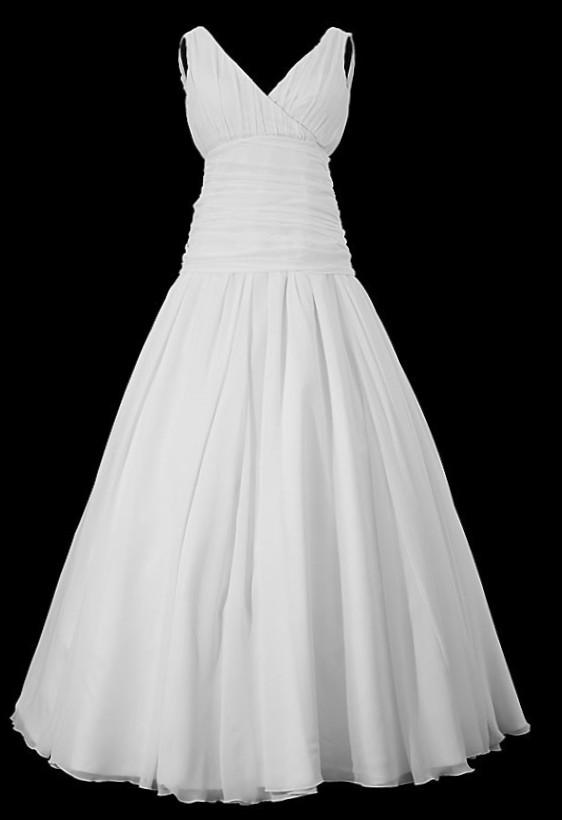 Marszczona długa suknia ślubna z dekoltem portfelowym w szpic i szerokim pasem z zakładkami.