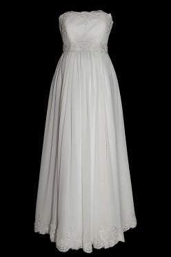 Śliczna suknia ślubna ciążowa odcinana pod biustem z gorsetem wiązanym na plecach i romantycznym paskiem zakończonym kokardą.