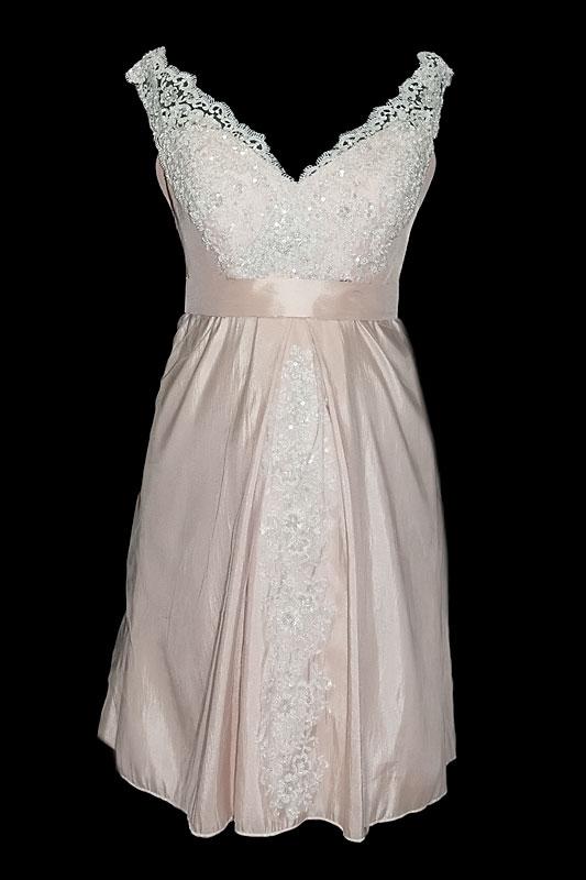 Krótka suknia ślubna dla kobiet w ciąży.