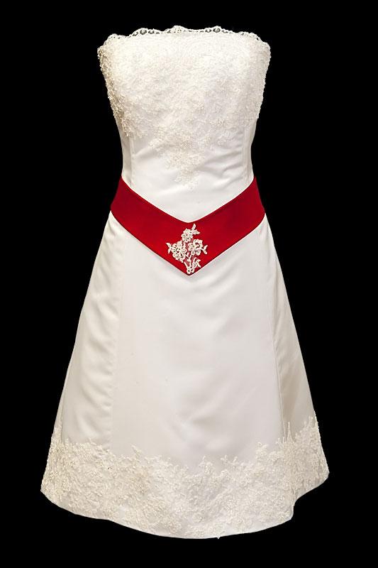 Krótka koronkowa suknia ślubna na gorsecie z czerwonym pasem i zakrytymi plecami.