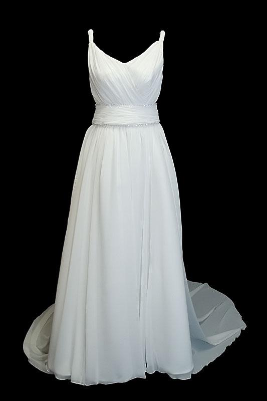 Długa klasyczna suknia ślubna typu princeska z portfelowym dekoltem w szpic, gołymi plecami i odpinanym trenem.
