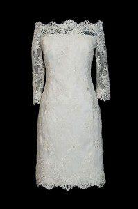 Krótka koronkowa sukienka do ślubu z rękawkami w stylu retro. Suknia z dekoltem w łódkę i koronkowym gorsetem.