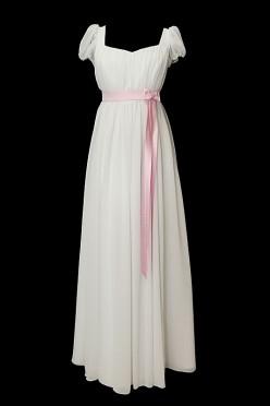 Długa suknia ślubna z zakładkami typu józefinka na gorsecie z rękawkami i dekoltem w serduszko oraz zakrytymi plecami.
