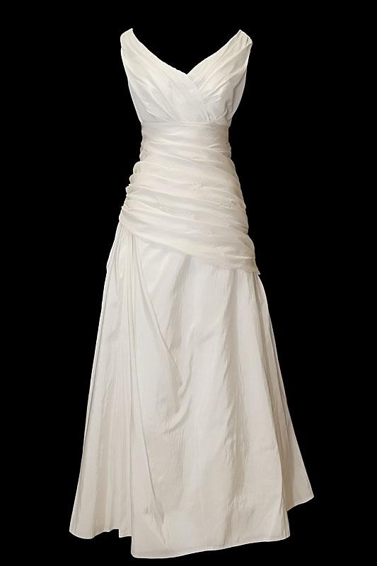 Długa suknia ślubna w litrę A z portfelowym dekoltem w szpic, na hale i z gołymi plecami z wycięciem w literę V.