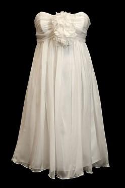 Krótka zwiewna sukienka ślubna z dekoltem w serduszko, dużym kwiatem na biuście i pięknymi marszczeniami.