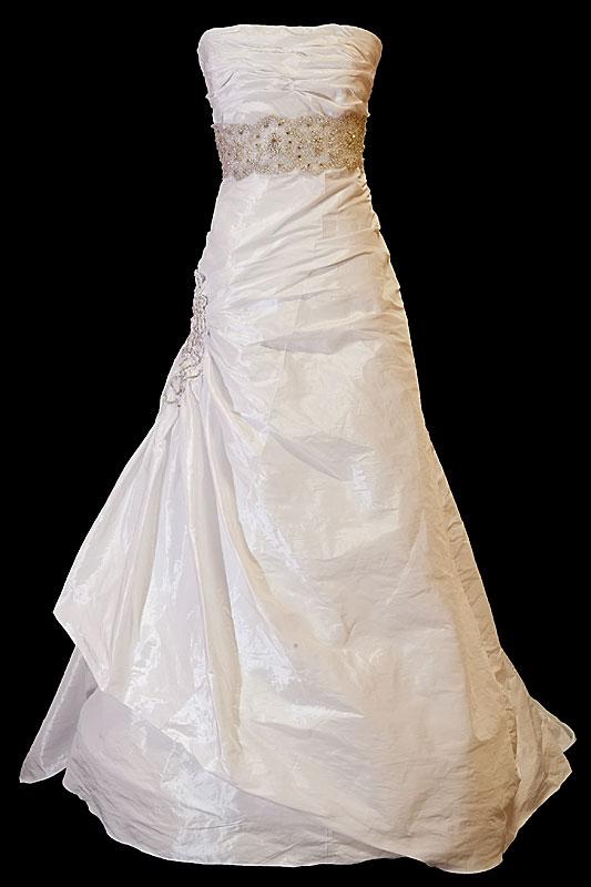 Koronkowa długa suknia ślubna z marszczeniami na gorsecie z prostym dekoltem i upinanym trenem.