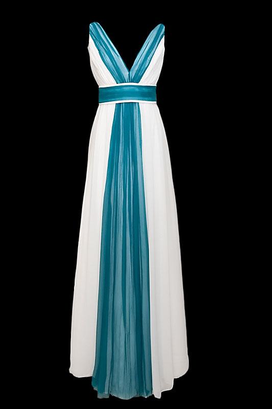 Długa zwiewna suknia ślubna z dekoltem i plecami w szpic oraz marszczonym paskiem.