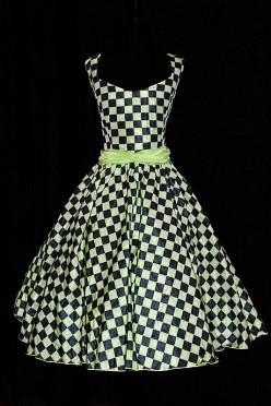 Oryginalna suknia wizytowa o długości 3/4 z rozkloszowanym dołem i marszczonym pasem z kokardą z tyłu.