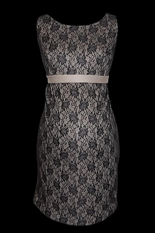 Krótka koronkowa, ciążowa suknia wieczorowa dla kobiet w ciąży w kolorze beżowym pokryta elegancką koronką z cienkim paskiem.