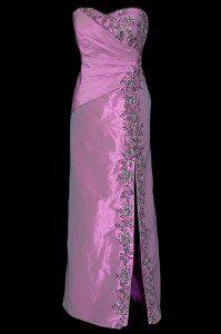 Długa fioletowa suknia wieczorowa z rozcięciem, zakładkami na biuście, wiązanymi plecami i zdobieniami z haftu.