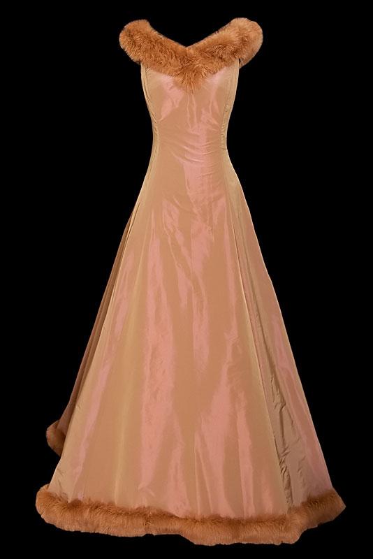 Długa suknia wieczorowa w kolorze brązu / miedzi z dekoltem i dołem obszytym futerkiem z królika.