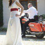 suknie-slubne-dluga-z-haftami-czerwonym-pasek-koronkowa