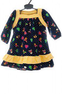 Kolorowa sztruksowa sukienka w misie z żółtą falbanką.