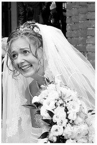 Panna Młoda w koronkowej sukni ślubnej z bukietem kwiatów