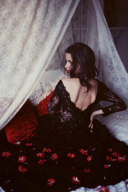 czarna-suknia-koncertowa-z-odslonietymi-plecami